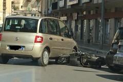 Un'auto e una moto si scontrano. Mattinata di paura in pieno centro