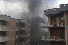 Fiamme alte e fumo: grosso incendio nell'ex mercato ortofrutticolo di Molfetta