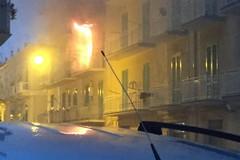 Fiamme dal balcone, incendio in via tenente Bufi