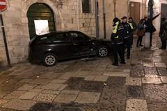 Auto contro il portone di un palazzo in Piazza Domenico Picca a Molfetta