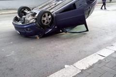 Scene da film a Piazza Gramsci, auto si ribalta sull'asfalto