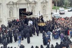 La Beata Vergine Addolorata è in processione per le strade di Molfetta