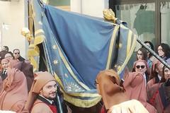 Piccolo fuori programma alla processione dei Cinque Misteri: cede il baldacchino