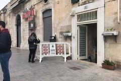 Molfetta, paura in strada: cade un pezzo di cornicione dalla muraglia