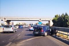 16 bis bloccata: un'auto finisce contro il guard rail
