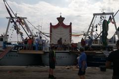 Verso la grande festa di Molfetta, in allestimento i pescherecci per la Madonna dei Martiri