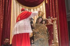 """Il Cardinale Becciu incorona  la """"Regina dei Martiri"""", Patrona di Molfetta"""