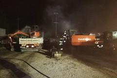 Raid incendiario nel deposito: a fuoco tre escavatori e due camion