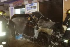 Concessionaria colpita dalle fiamme: nella notte distrutte 4 auto