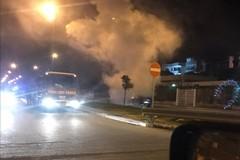 Incendio a Molfetta, paura in serata: una Opel Insignia avvolta dalle fiamme
