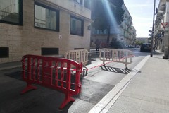 L'asfalto si sbriciola, crepa in Via Mameli. Area transennata