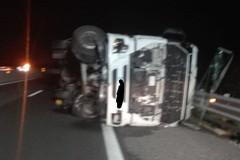 Camion si ribalta sull'A14 fra Molfetta e Bitonto. Un ferito