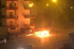 Tornano le fiamme nella notte di Molfetta. Brucia un'auto in via Hugo