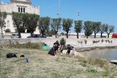 Al Rione Madonna dei Martiri frati e residenti puliscono il litorale