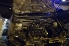 Auto in fiamme di notte, secondo caso in quattro giorni