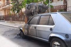 Divampa rogo in pieno giorno: in fiamme una Fiat Ritmo