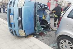 Incidente in via Spadolini. Scontro fra quattro auto, una si ribalta