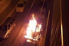 In esclusiva il video dell'incendio di un auto della scorsa notte