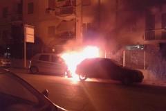 Paura nella notte, ennesima auto in fiamme