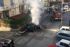 Auto in fiamme in pieno giorno in via Canonico de Beatis