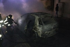 Auto in fiamme: brucia una Suzuki Swift
