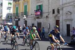 Terminata la settima tappa del Giro. Sulla Rai scorrono le immagini di Molfetta