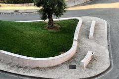 Sporcizia fino alla base del monumento a don Tonino Bello e Papa Francesco