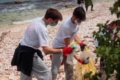 """2hands raccoglie 139 chili di rifiuti sulla spiaggia """"La Bussola"""""""