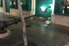 Corso Umberto, cade uno degli storici lampioni. Nessun ferito