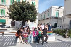 Molfetta contro la discriminazione. Inaugurata la panchina arcobaleno in Piazza Principe di Napoli