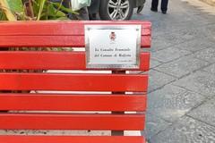 """Il Comune di Molfetta ripristina la targa sulla """"panchina rossa"""" di Corso Umberto"""