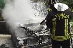 Fiamme e paura all'alba: incendiate due auto in via del Gesù