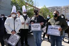 Covid e commercio fermo: le voci dei manifestanti davanti al Comune di Molfetta