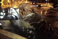 Nuova notte di fuoco in città: distrutta una Ford Fiesta