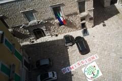 """Striscione di """"Rinascere"""" fuori da Palazzo Giovene: «Dimissioni». Poi rimosso"""