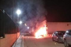 Brucia la quarta auto in quattro giorni: il rogo a pochi metri dal primo