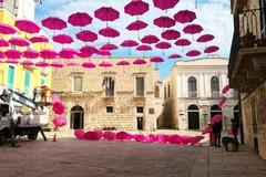 Ombrelli rosa sospesi, questa mattina in corso la rimozione