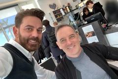 Salvo Binetti rifà il look a Craig Warwick nel salone di Molfetta
