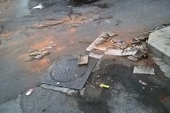 Via Giovina, per strada ancora i resti dei botti di Capodanno