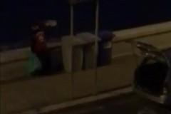 Ripreso mentre getta rifiuti in mare, identificato e denunciato un uomo di Molfetta