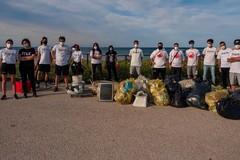 Le associazioni 2hands Molfetta e Symposium insieme nella pulizia di Cala San Giacomo