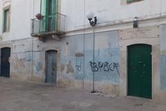 Prossimi allo sfratto, occupano i locali comunali a Rione Catecombe