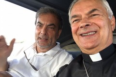 """Sindaco e Vescovo in volo per """"salutare"""" Molfetta dall'alto"""