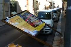 """Ancora vandali in azione, """"piegato"""" un tabellone pubblicitario"""
