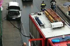 Auto in corsa prende fuoco. Attimi di paura in via Terlizzi