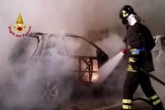 Divampa un rogo in via Picca: distrugge un'auto, danneggia un'altra