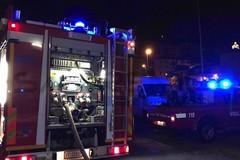 Brucia l'ennesima auto in città: in fumo una Fiat 500