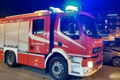 Brucia un'auto in transito, paura sul lungomare Colonna
