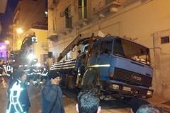Via Trieste, cede l'asfalto e un mezzo pesante rimane incastrato