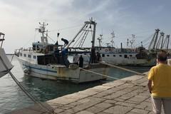 Principio d'incendio su un peschereccio nel porto di Molfetta